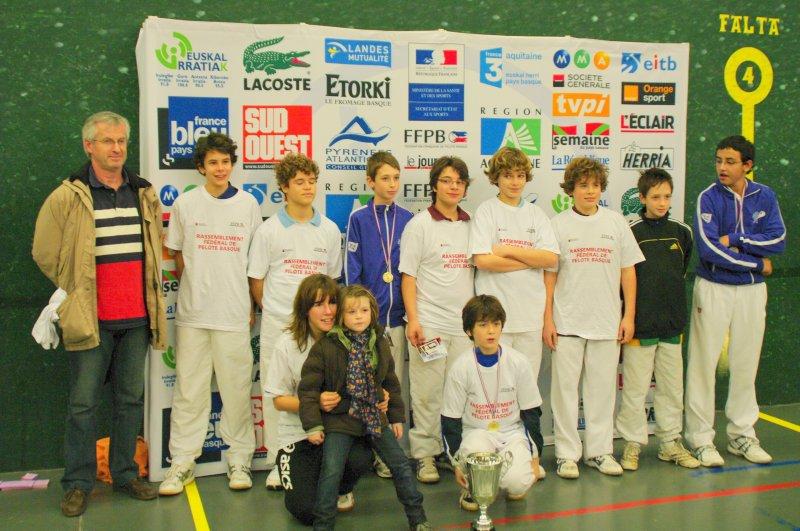 Le responsable de la CTP Hubert Trebucq et les jeunes de la Ligue - 106.8ko