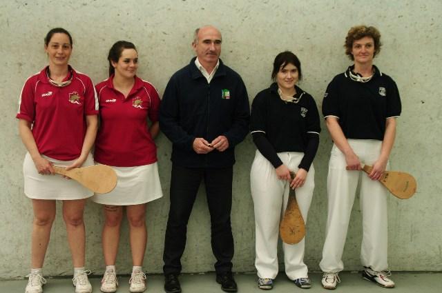 Les finalistes 1ère série féminines  et l'arbitre Raymond GUILLENTEGUY - 124.3ko