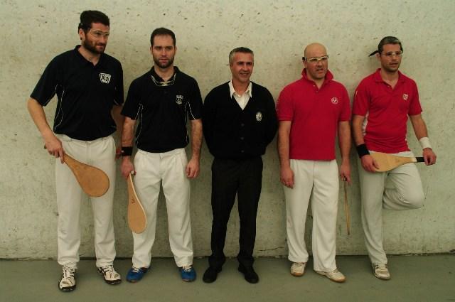 Les finalistes 1ère série  et l'arbitre Thierry ESCAT - 121.5ko
