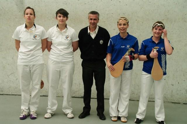 Les finalistes 2ème série féminines et l'arbitre Thierry ESCAT - 122.6ko
