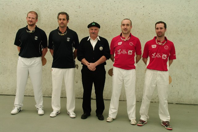Les finalistes 2ème série et l' arbitre Jean Bernard MOUNIC - 122.5ko