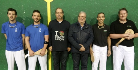 mur à gauche arbitre Bernard  Lacoste et le responsable commission Jacques Lacroix - 51.4ko