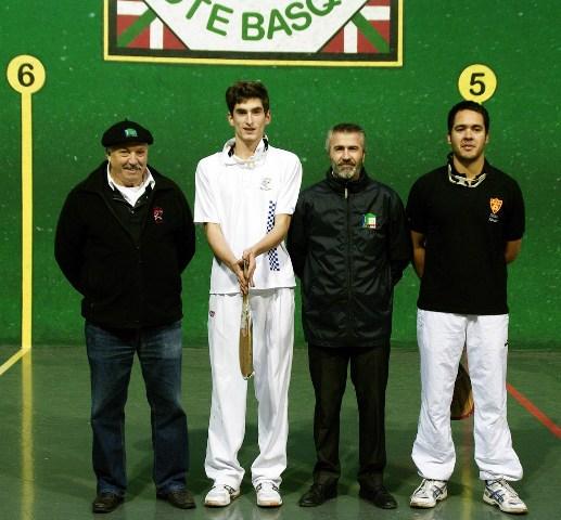 Les arbitres Jean Bernard MOUNIC et Thierry ESCAT avec les finalistes - 128.4ko