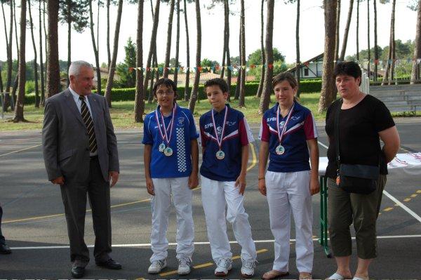 Les benjamins avec Françoise Guillenteguy organisatrice du championnat, et l'adjoint aux Sports de Gujan - 62.1ko