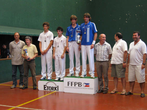Podium junior 14 juin 09 le CA Béglais champion juniors de paleta pelote gomme creuse trinquet - 38.6ko