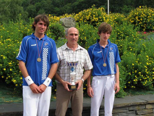 Les champions juniors Guillaume NICOL et Antoine GONZALEZ encadrent Raymond GUILLENTEGUY leur formateur du CA Béglais  - 64.7ko